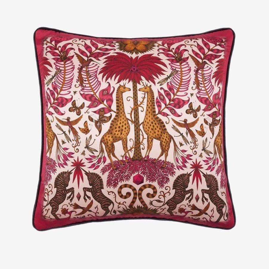 Emma J Shipley lyxig kudde Kruger giraffer röd silke bomull lyxig kudde